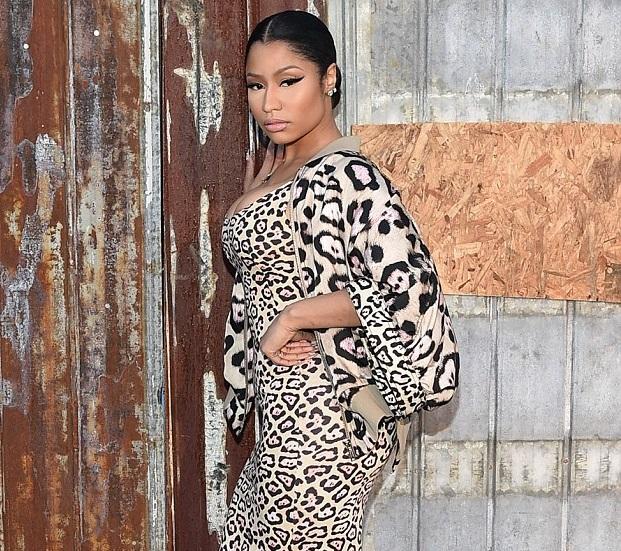Nicki Minaj non riesce a chiudersi la zip del vestito