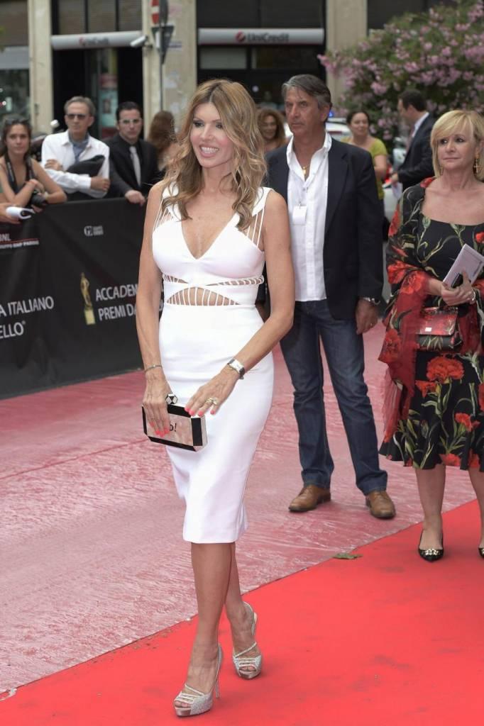 Rita Rusic sul red carpet con abito bianco e schiena nuda