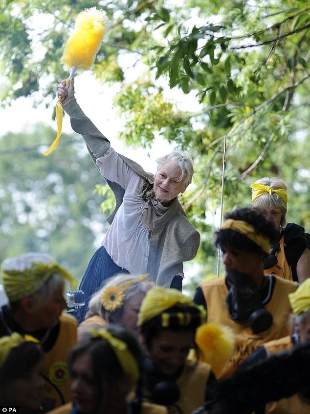 Vivienne Westwood sul carro armato per protesta4