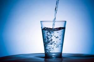 Dimagrire con l'acqua: mezzo litro prima dei pasti, via 4 chili