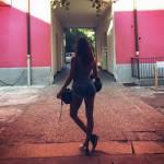 Belen Rodriguez rilancia la moda degli shorts strappati FOTO b