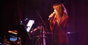 Carla Bruni canta, Sarkozy ascolta rapito la sua voce VIDEO