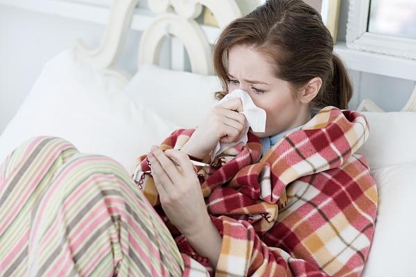 Raffeddore, dormire meno di sei ore rende più esposti