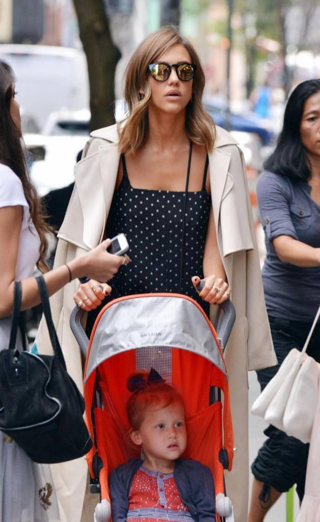 Jessica Alba sorridente a New York con la figlia malgrado
