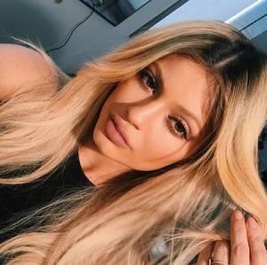 Kylie Jenner bionda, copia sorellastra Khloé Kardashian FOTO
