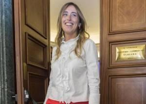 Maria Elena Boschi, pantaloni rossi e tacchi a spillo al Senato FOTO