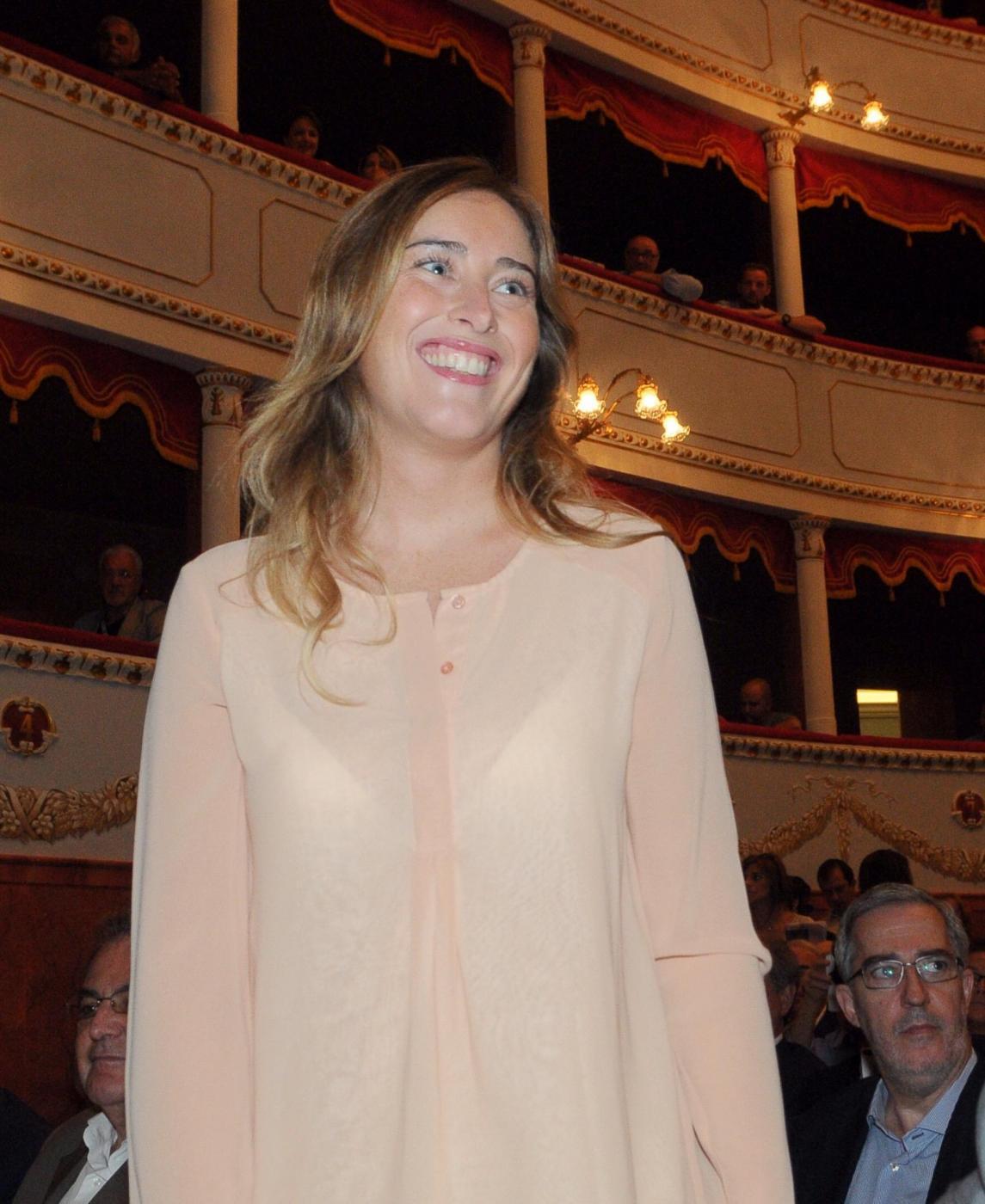 Maria Elena Boschi: pantalone panna e blusa ad Arezzo FOTO