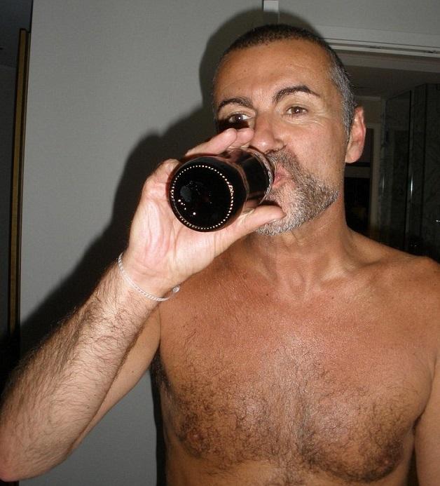 George Michael a petto nudo in hotel con l'amante