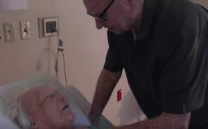 Moglie sta morendo, lui fa un gesto e commuove tutti VIDEO