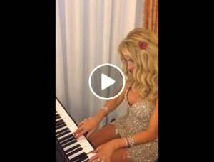 Valeria Marini suona al pianoforte VIDEO