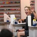 Sharon Stone in infradito a 57 anni, altro che tacco12