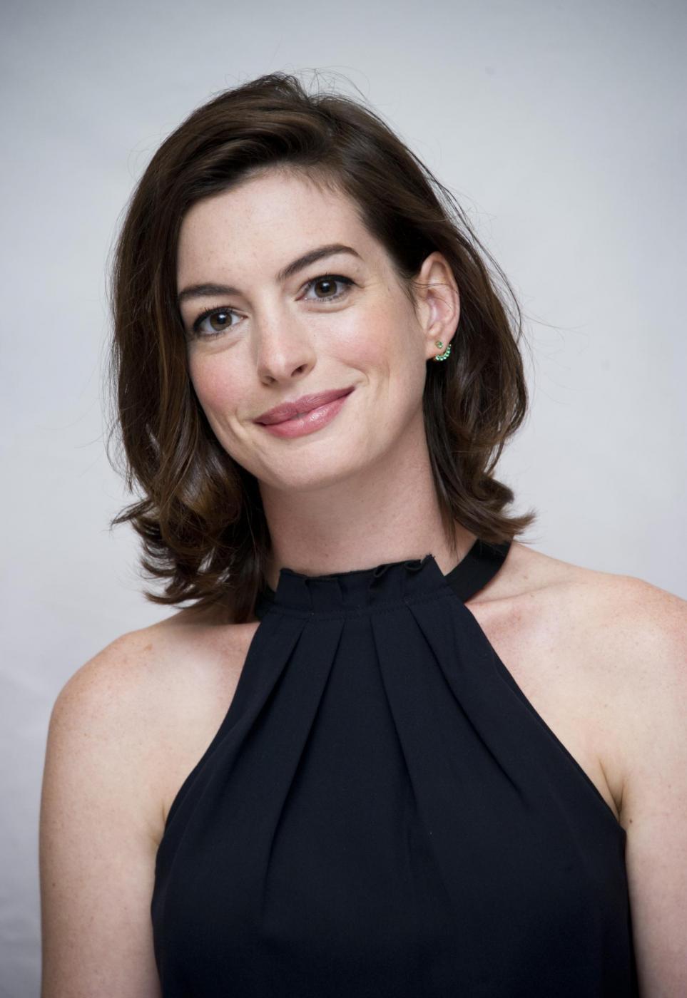 Anne Hathaway elegante per il photocall del film The intern FOTO 10