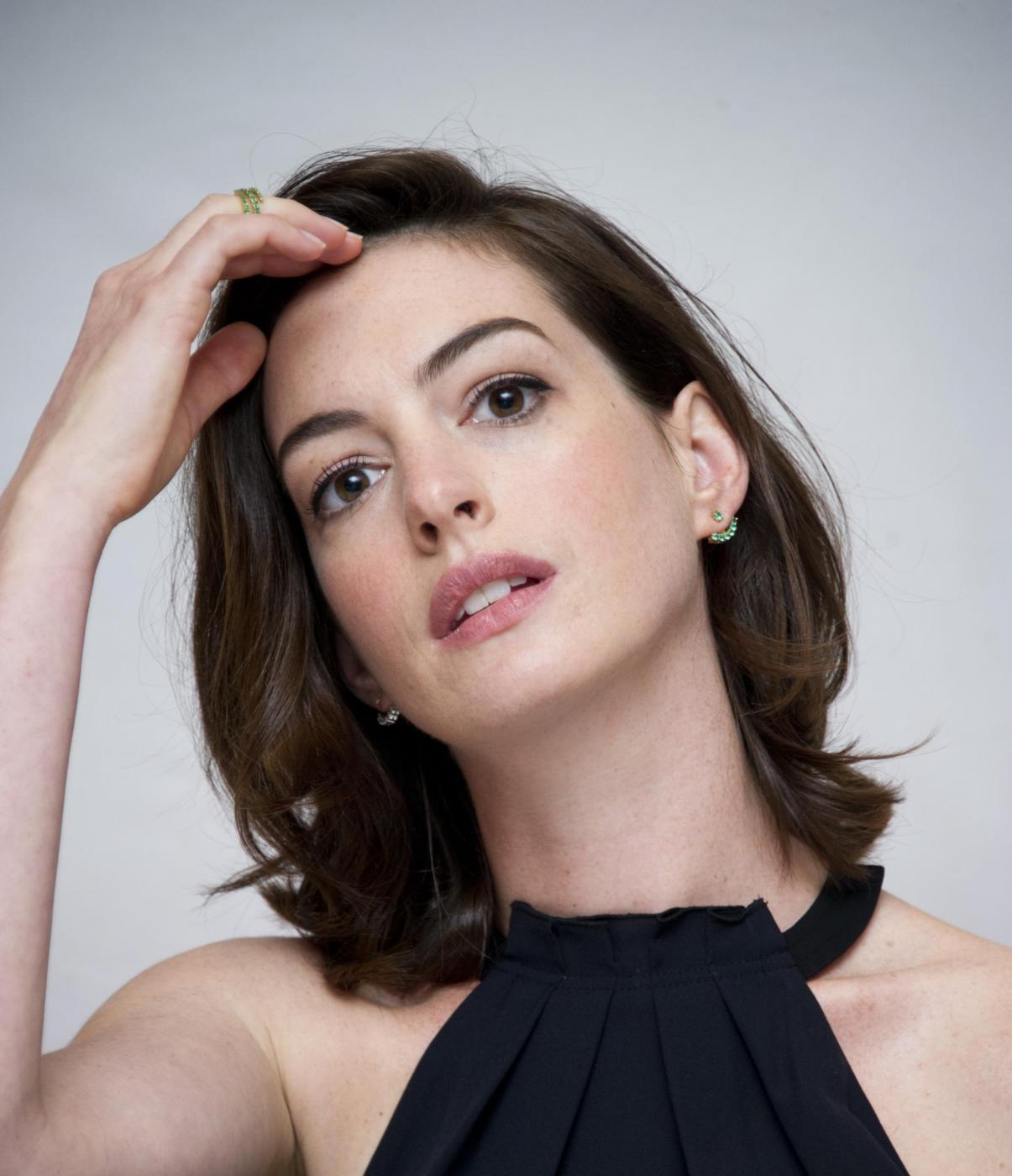 Anne Hathaway elegante per il photocall del film The intern FOTO 16