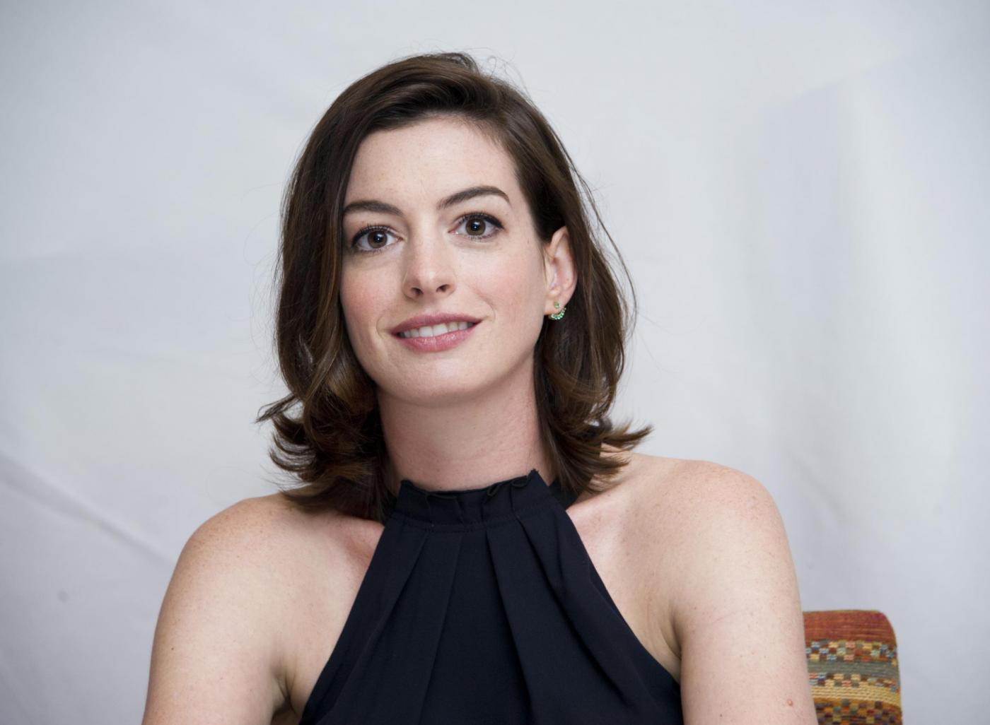 Anne Hathaway elegante per il photocall del film The intern FOTO 17
