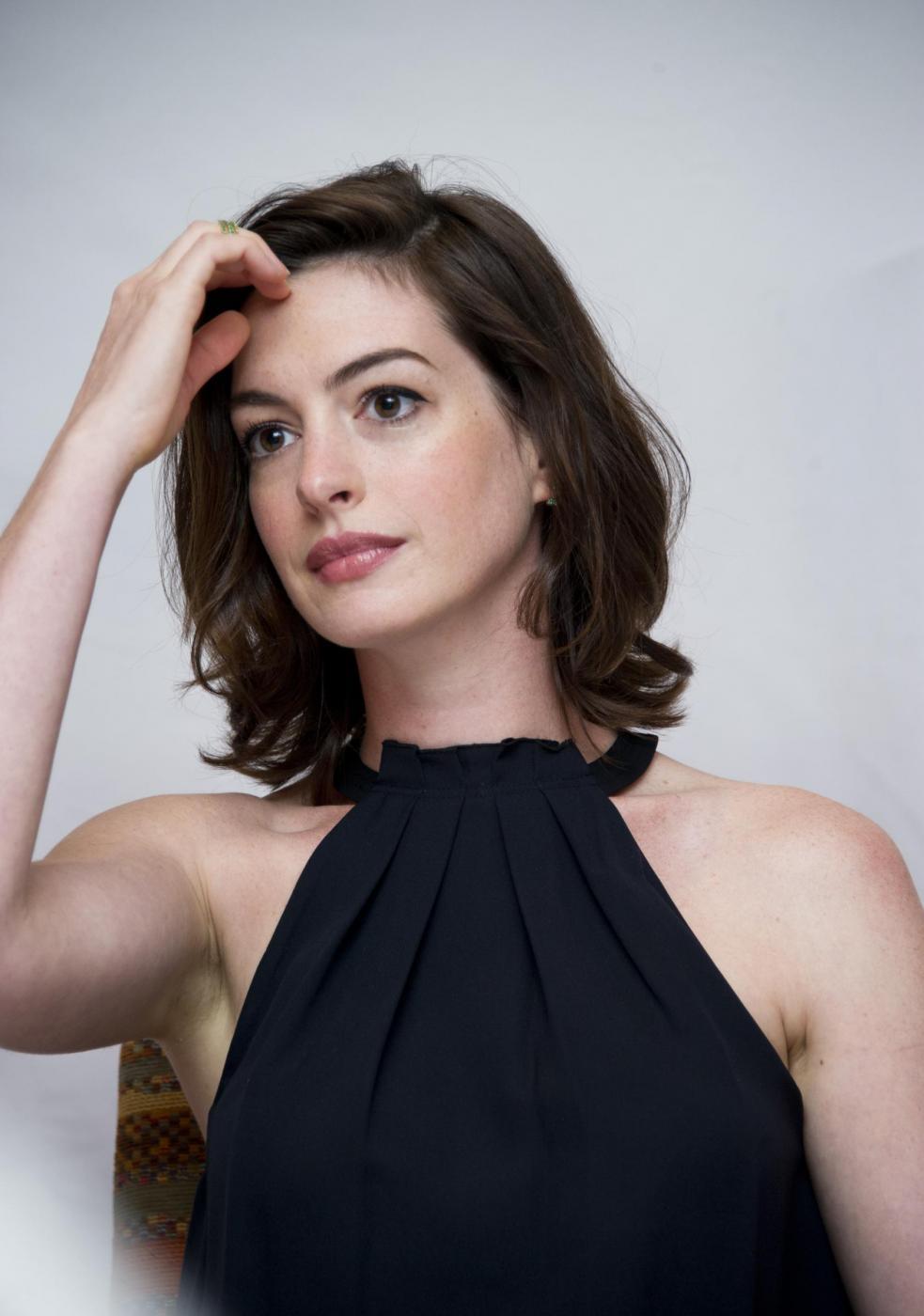 Anne Hathaway elegante per il photocall del film The intern FOTO