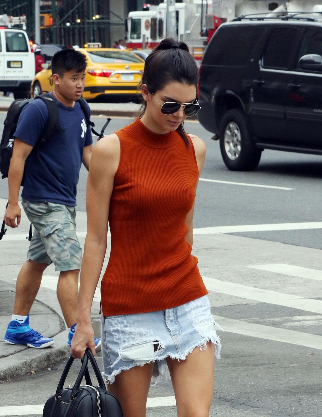 Kendall Jenner a passeggio con l'amica Hailey Baldwin FOTO