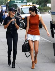 Kendall Jenner a passeggio con l'amica Hailey Baldwin FOTO 31