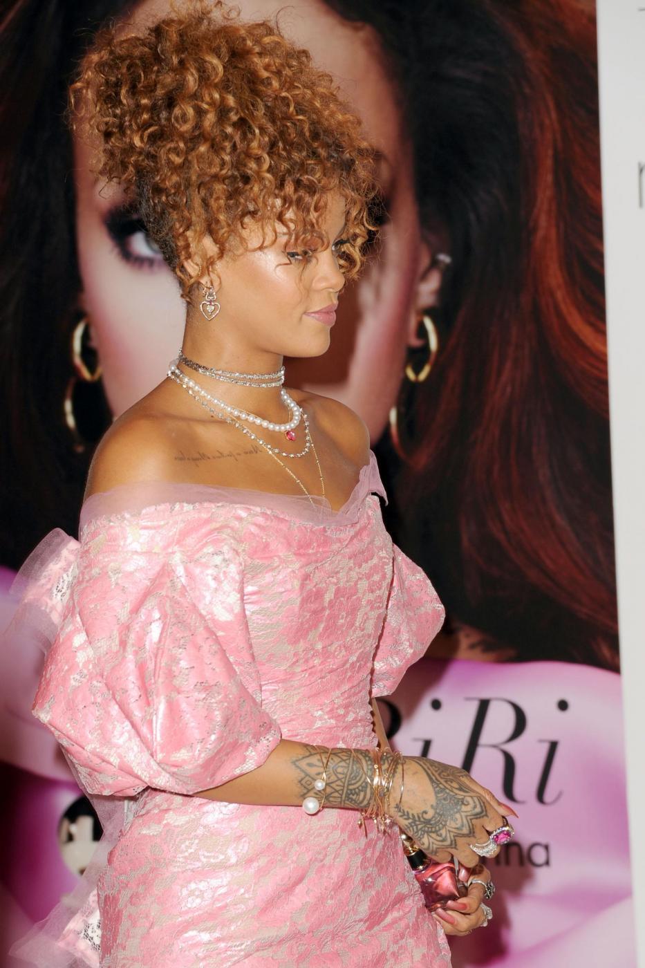 Rihanna ingrassata? Curve lievitate per la cantante FOTO 19