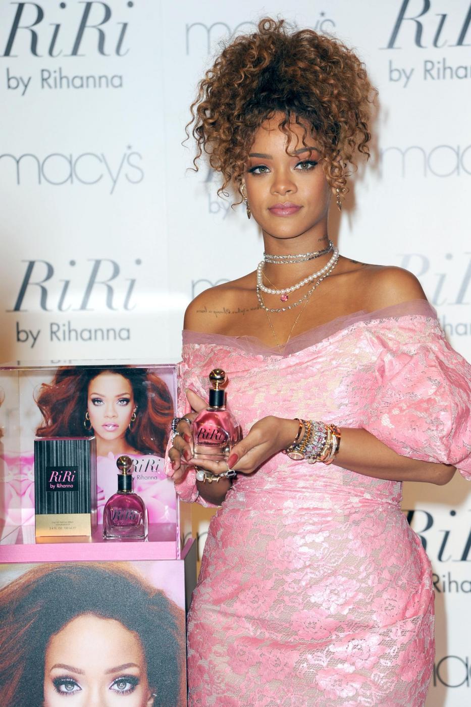 Rihanna ingrassata? Curve lievitate per la cantante FOTO 23