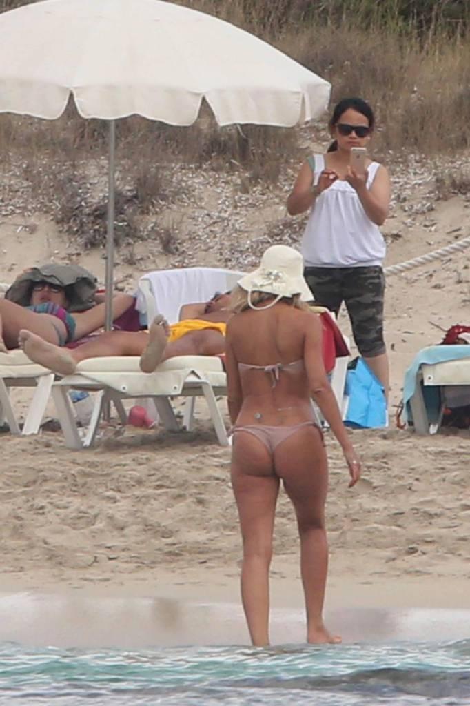 Valeria Marini, spunta la cellulite al mare FOTO
