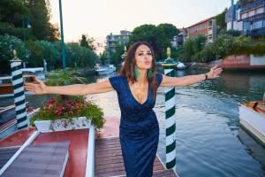 Maria Grazia Cucinotta: décolleté perfetto a 47 anni FOTO 6