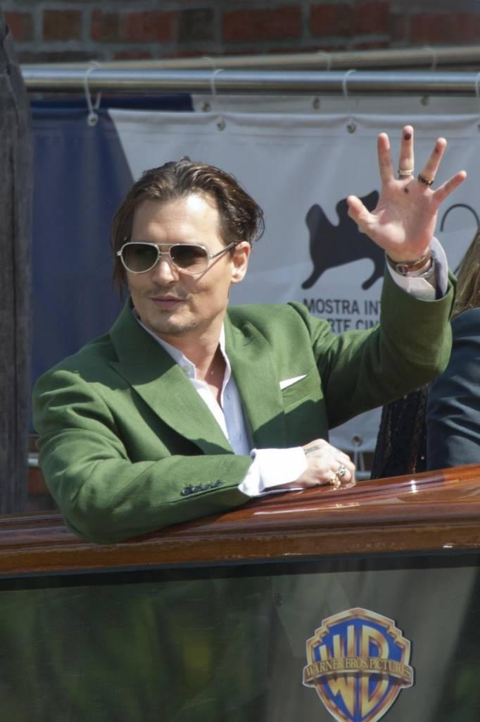 FOTO Johnny Depp alla Mostra di Venezia. Fan sviene