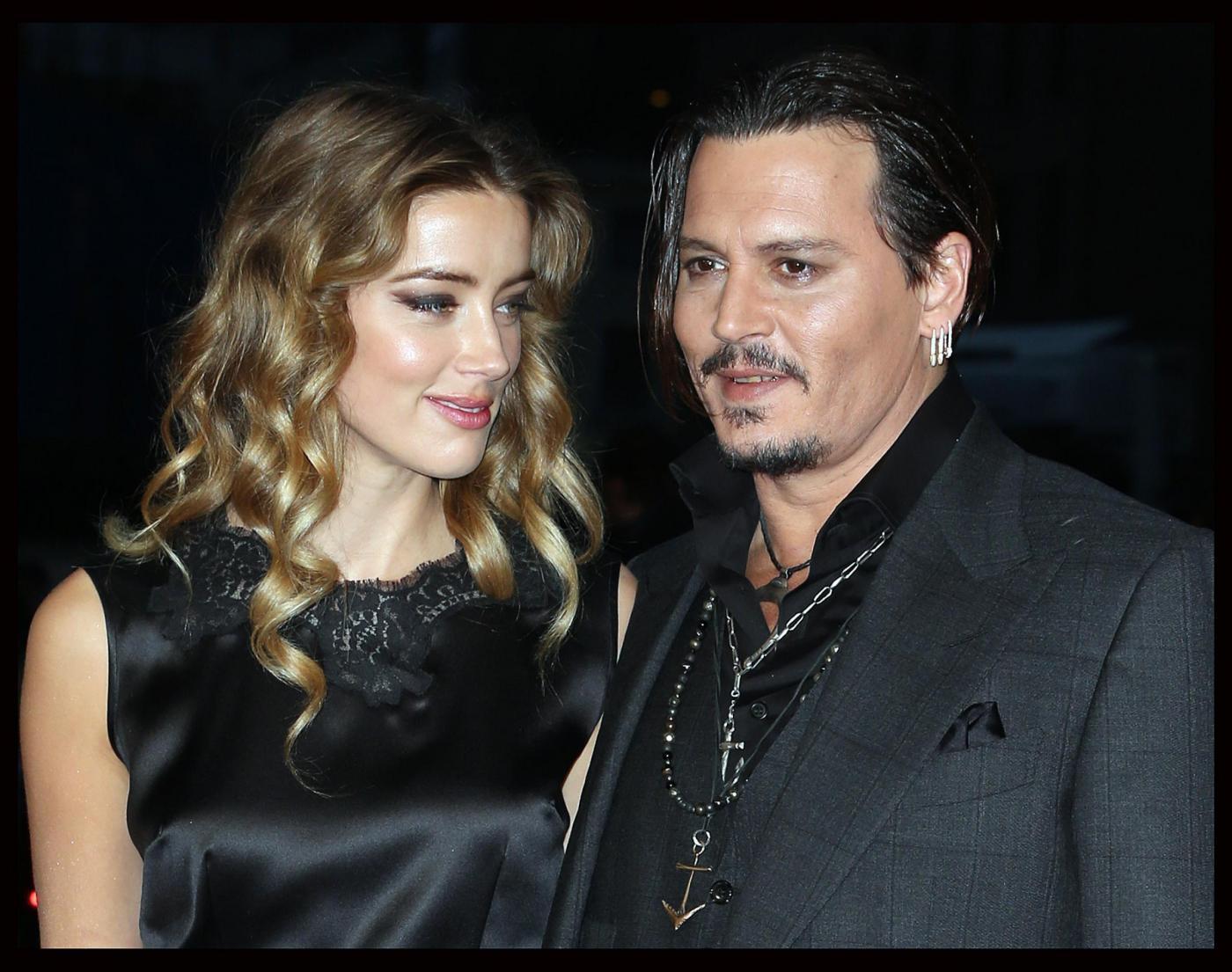 Johnny Depp ruba il microfono all'intervistatrice7