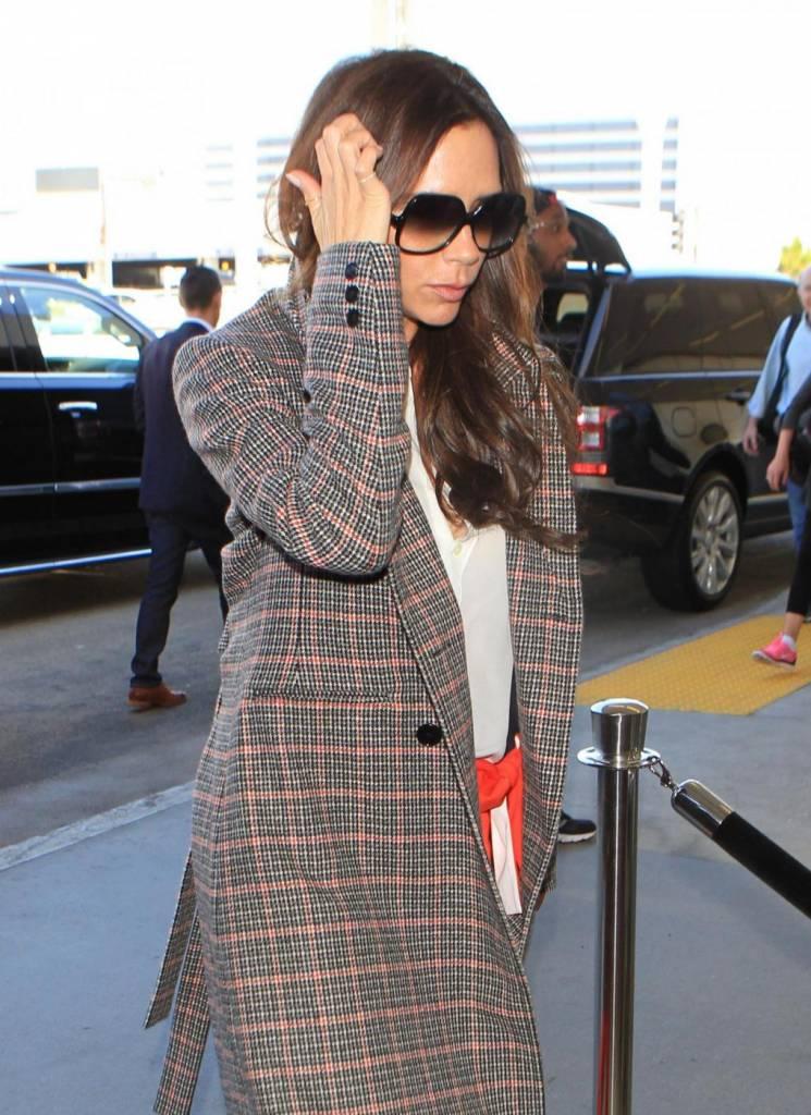Victoria Beckham, cappotto grigio e pantaloni rossi acceso8