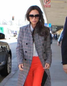 Victoria Beckham, cappotto grigio e pantaloni rossi acceso6
