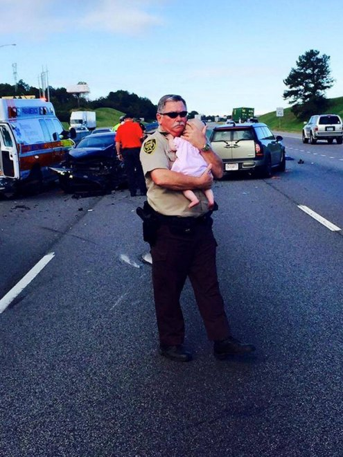 Poliziotto consola bimba dopo incidente, FOTO commuove web