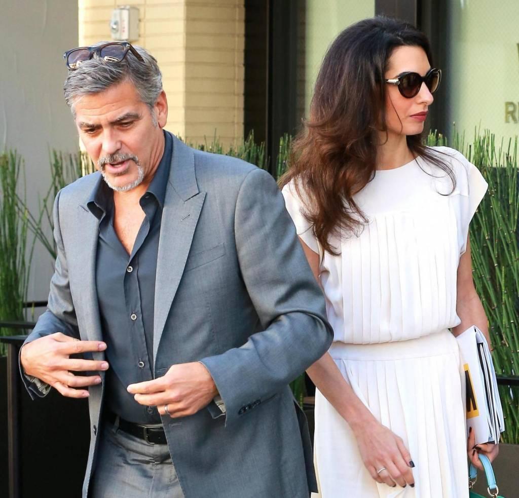 Amal Alamuddin Clooney: vestito bianco e sandali con tacco FOTO