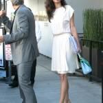 Amal Alamuddin Clooney: vestito bianco e sandali con tacco FOTO 3
