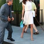 Amal Alamuddin Clooney: vestito bianco e sandali con tacco FOTO 4