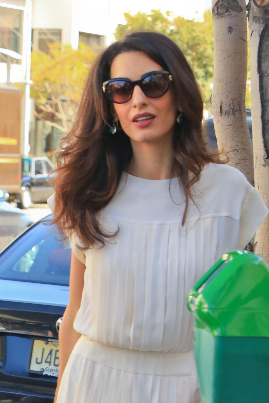 Amal Alamuddin Clooney: vestito bianco e sandali con tacco FOTO 8