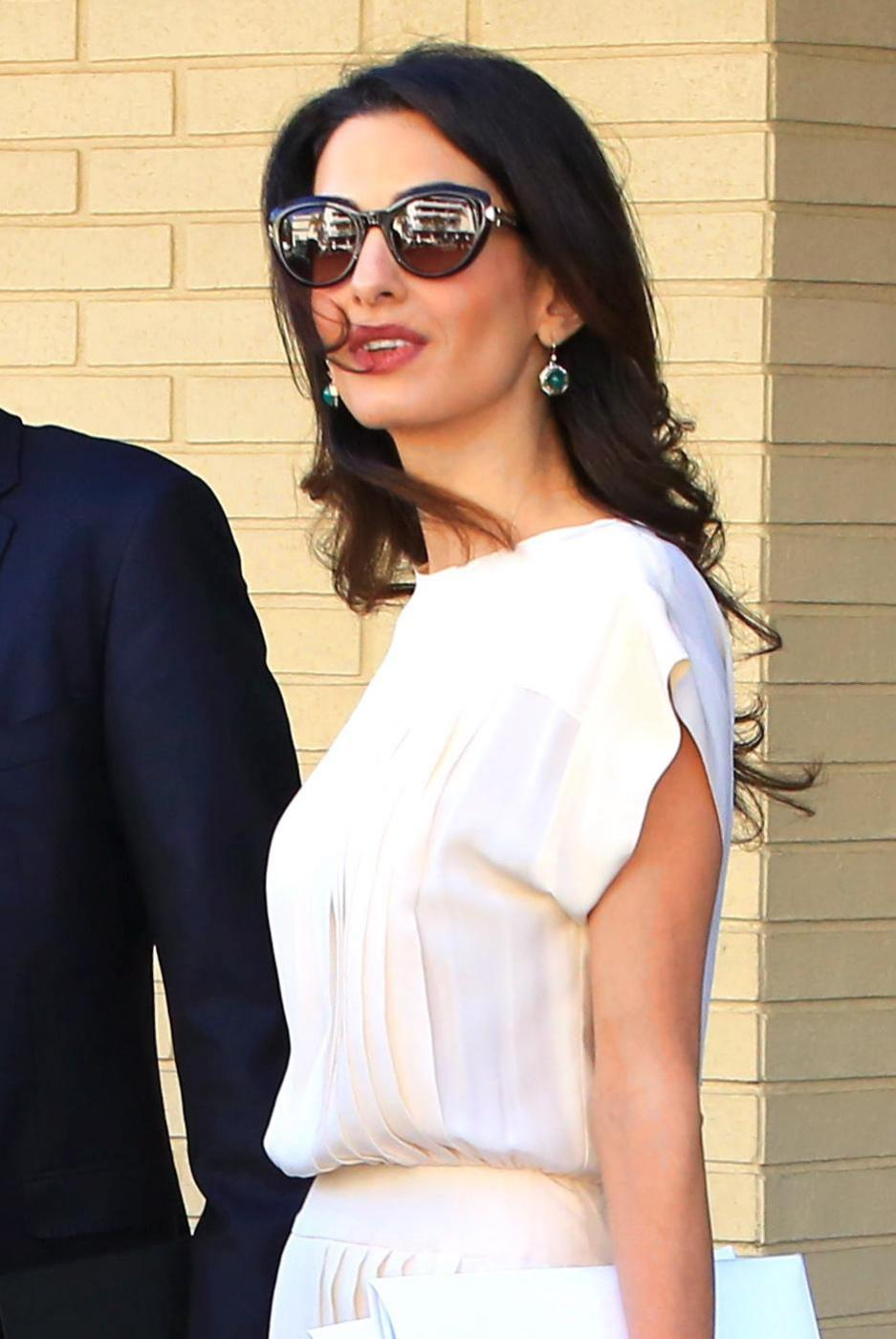 Amal Alamuddin Clooney: vestito bianco e sandali con tacco FOTO 16