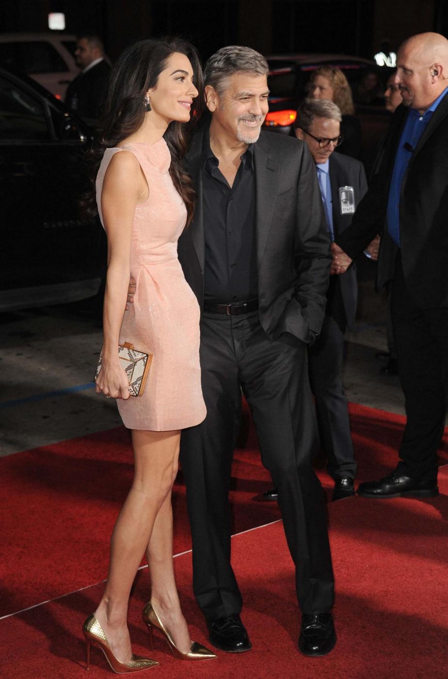 Amal Alamuddin Clooney, vestito rosa glitterato a Londra FOTO 1