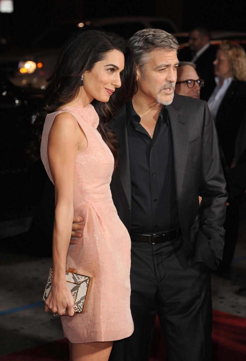 Amal Alamuddin Clooney, vestito rosa glitterato a Londra FOTO 3