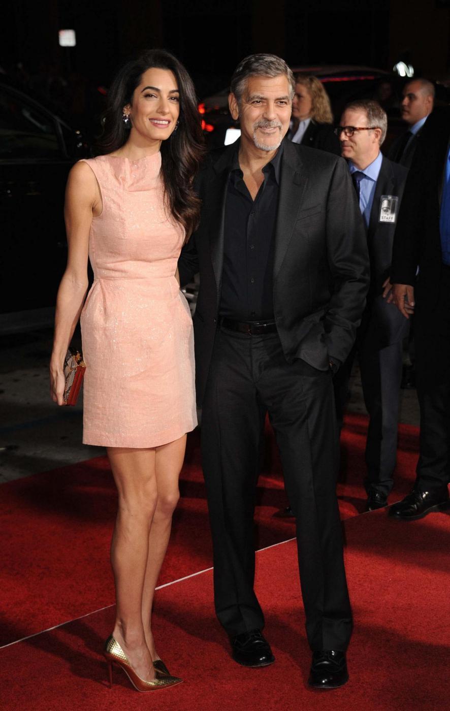 Amal Alamuddin Clooney, vestito rosa glitterato a Londra FOTO 5