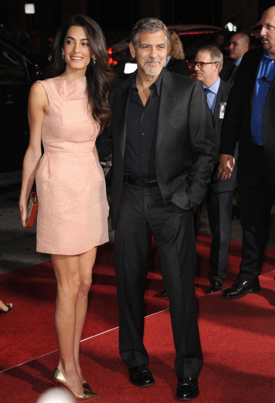 Amal Alamuddin Clooney, vestito rosa glitterato a Londra FOTO 7