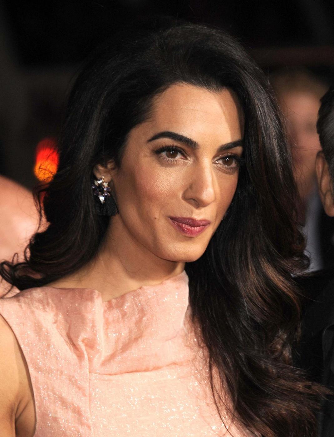 Amal Alamuddin Clooney, vestito rosa glitterato a Londra FOTO bnm