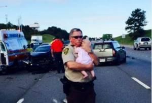 Poliziotto consola bimba dopo incidente, FOTO commuove web2