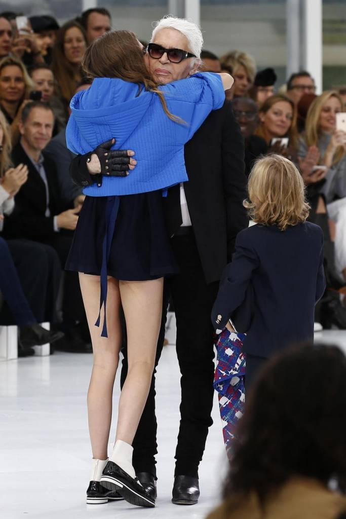 Cara Delevingne alla sfilata Chanel... seduta FOTO