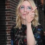 Cate Blanchett sexy al Late Show: completo nero e occhiali rosa