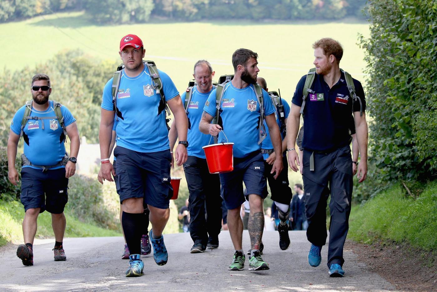 Harry in marcia con i reduci: barba incolta, look sportivo3
