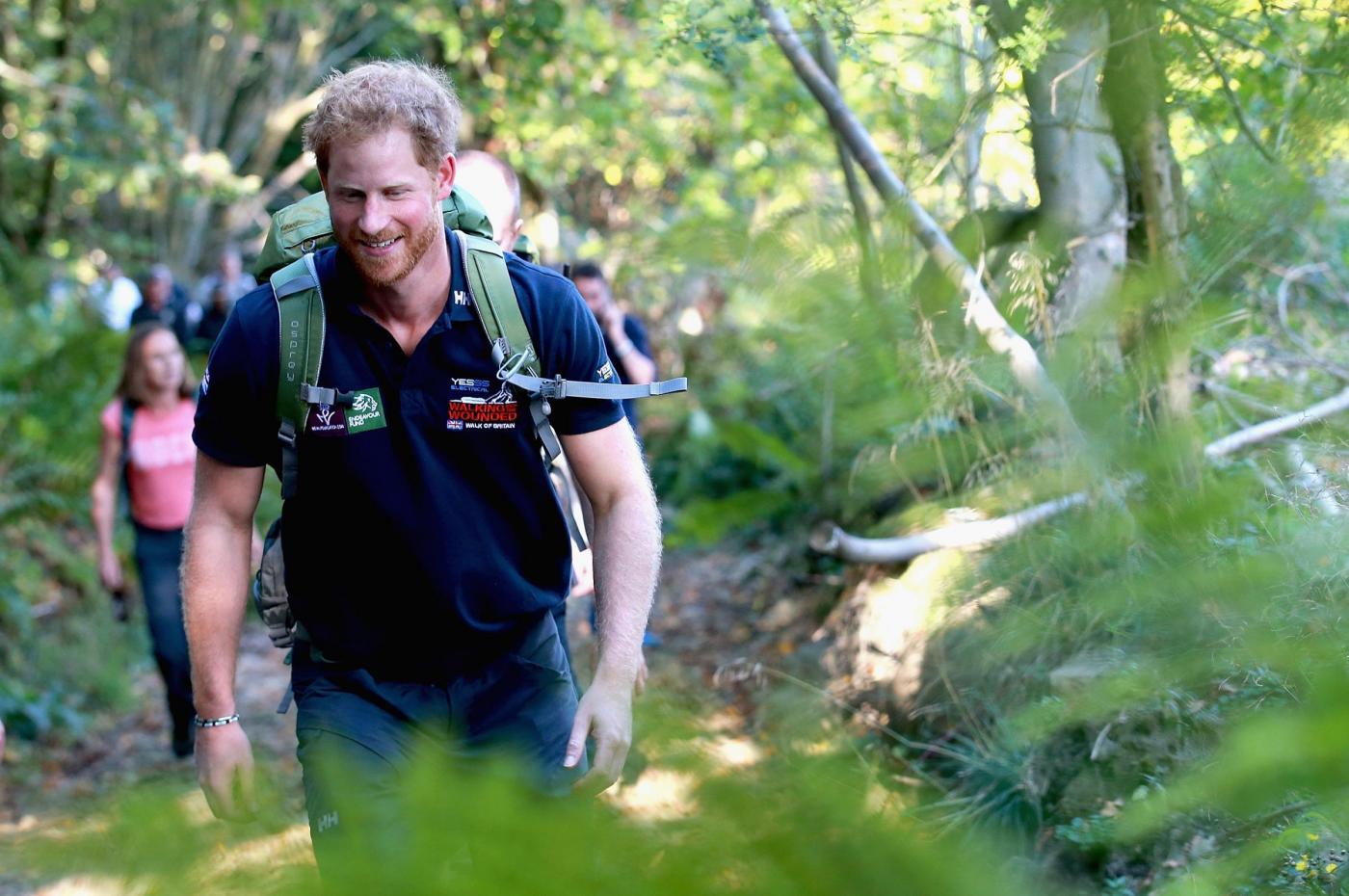 Harry in marcia con i reduci: barba incolta, look sportivo