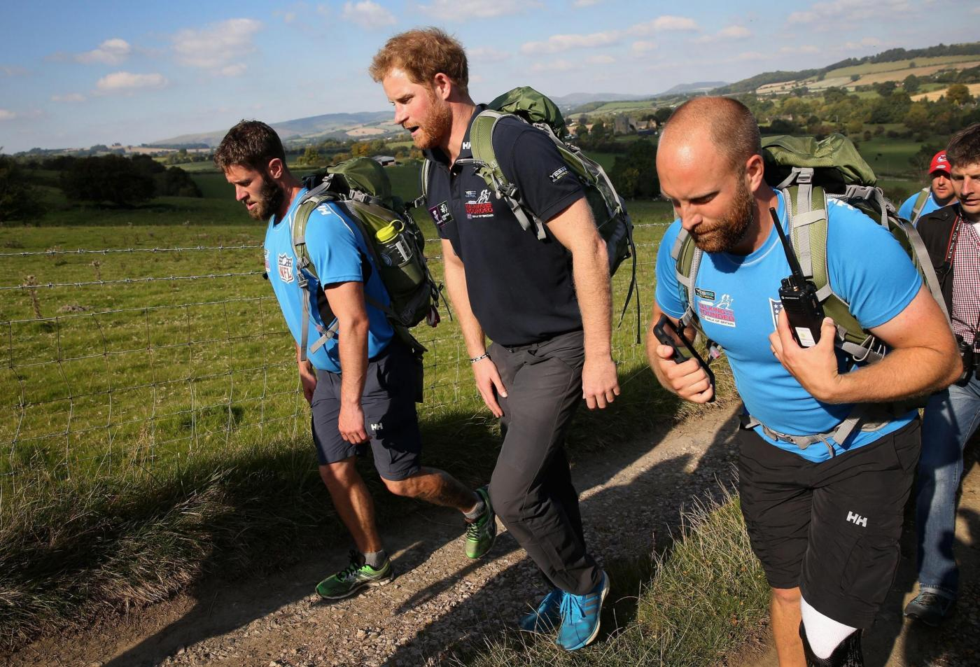 Harry in marcia con i reduci: barba incolta, look sportivo6