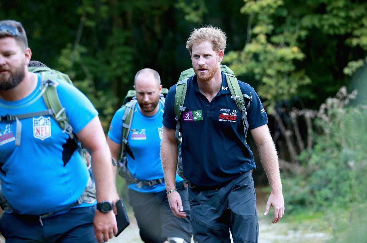 Harry in marcia con i reduci: barba incolta, look sportivo4
