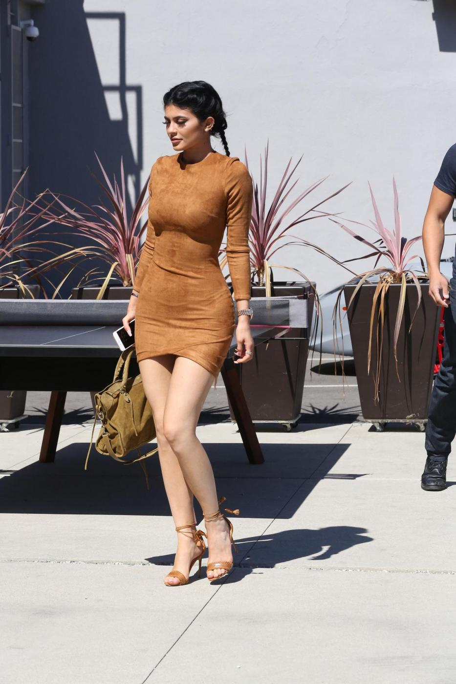 Kylie Jenner sexy: miniabito, trucco da Barbie e Ferrari6