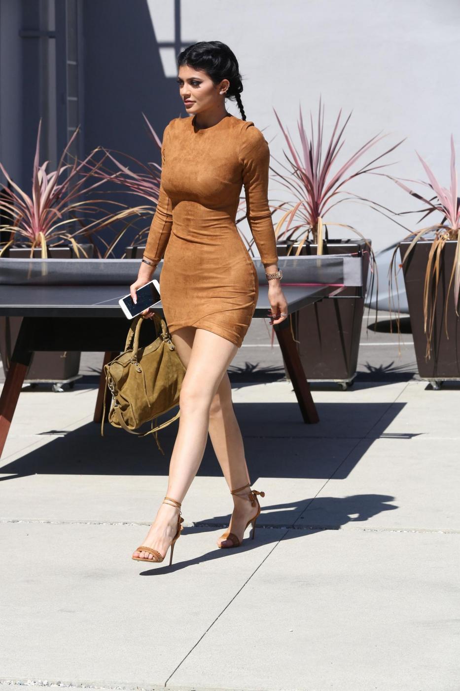 Kylie Jenner sexy: miniabito, trucco da Barbie e Ferrari12