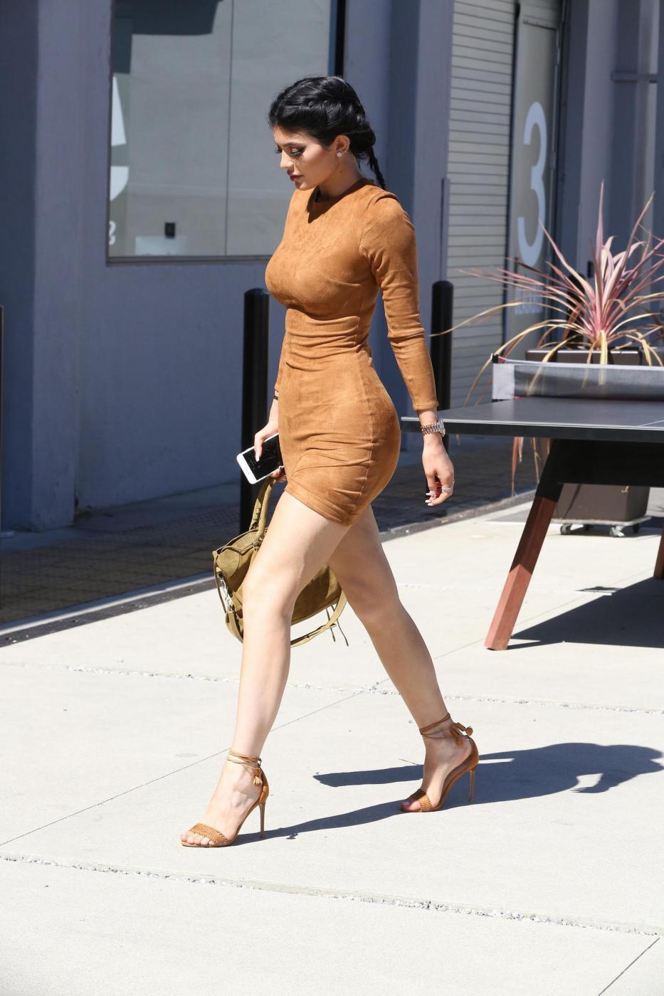 Kylie Jenner sexy: miniabito, trucco da Barbie e Ferrari9